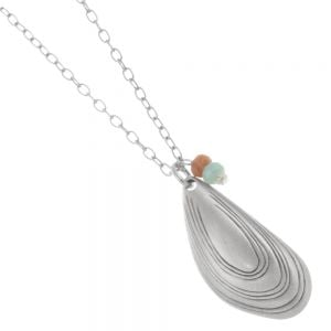 Danon jewellery: 88 cm Long Danon Necklace With a wonderful mussel sea shell with semi-preciouse stone detailing